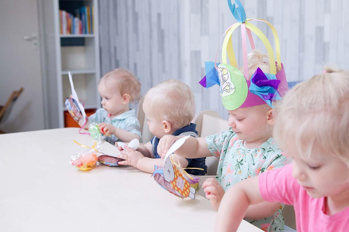 aan tafel op het kinderdagverblijf